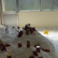 写真: 塩の山とピクルスの瓶