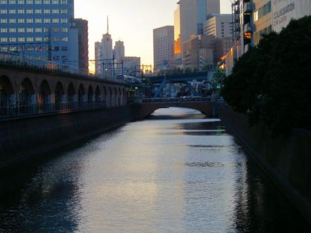 万世橋からの神田川とビルの夕焼け