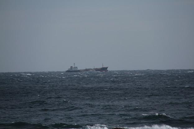 写真: 荒れる太平洋を行く船
