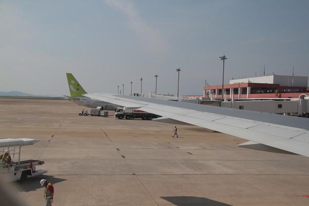 188 5月2日 長崎空港 羽田行搭乗便窓から JAL B767 JA655J