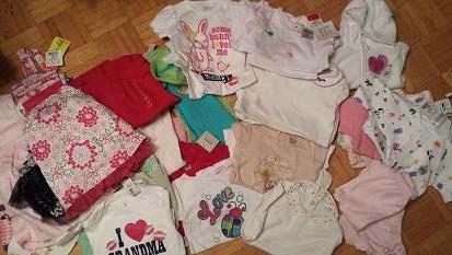 12-18 months。半袖5、長袖13、ドレス6、パンツ5、ワンピース2、セーター2、半袖パジャマ3、靴下2、帽子1。全て新品$25