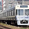 アイボリーホワイトの電車