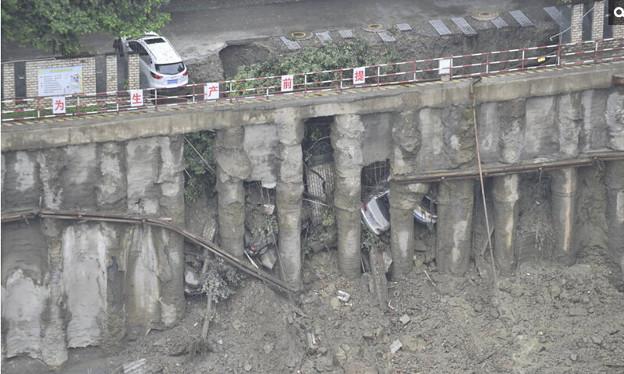 成都 暴風雨で地面が陥没した駐車場 (5)