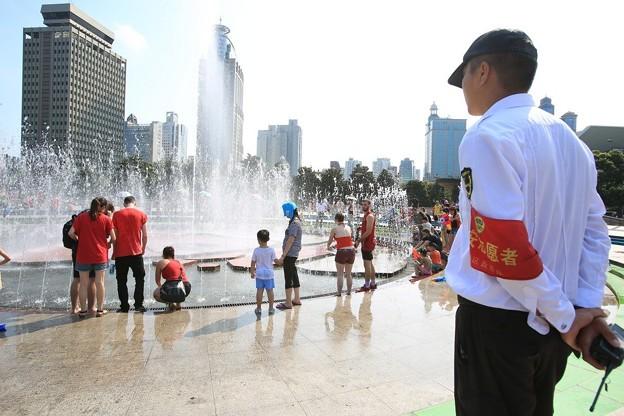水かけ祭り IN 上海 みたいなもんかな(笑) (12)