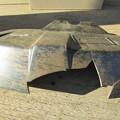 写真: 破損した飛散防護カバー