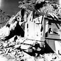 写真: 火山弾に押し潰された山小屋