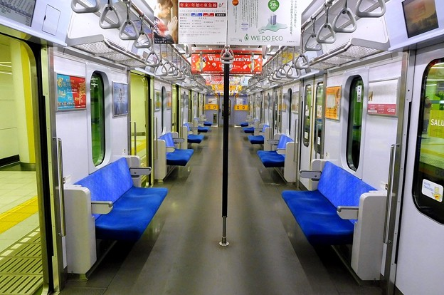 Photos: 東急田園都市線5000系(6ドア化粧板)車内全景