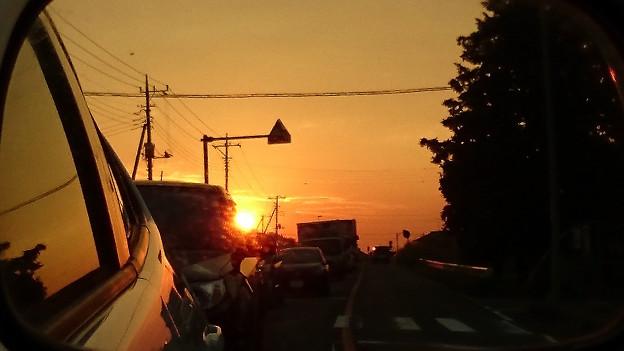 サイドミラーに写る夕景