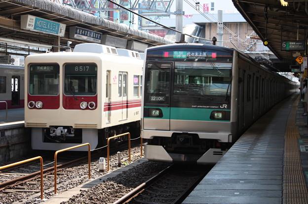 新京成電鉄8500形とE233系2000番台との並び