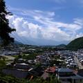 写真: 高遠は山裾の町古き町、行き合う子等の美しき町