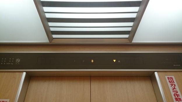 写真: いとく大館ショッピングセンター日立標準型エレベーター日立ビルエースプリード籠ドア上部インジケーター