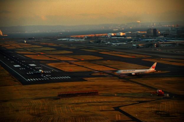写真00864 RW16Lから離陸しようとする飛行機
