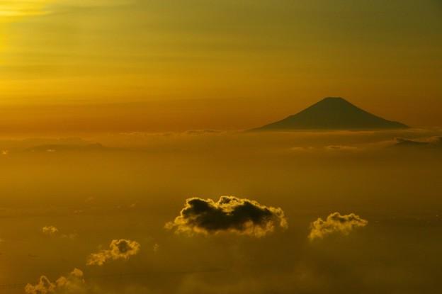 写真00825 光の海を泳ぐ雲と富士山