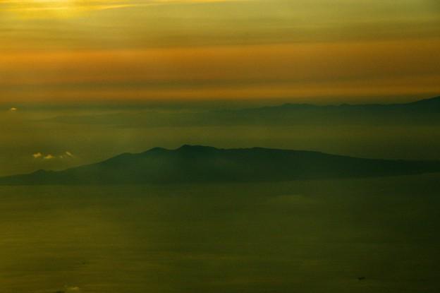 写真00770 霞の海に伊豆大島が