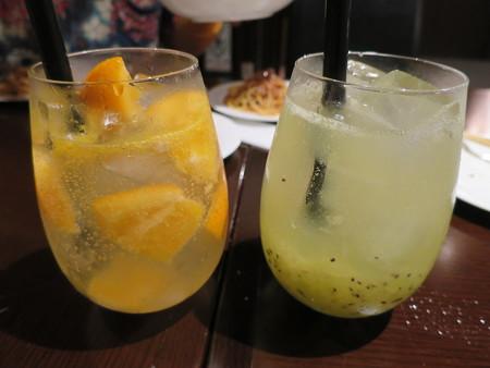 NIKU BAR 18 オレンジワインスカッシュ¥561、キウイワインスカッシュ¥561