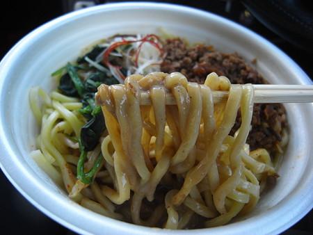 セブンイレブン 濃厚ゴマの旨み広がる辛口汁なし担々麺 麺アップ