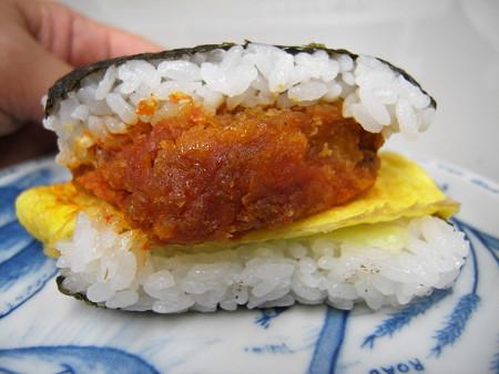 デイリーヤマザキ サンドおむすび 白身魚フライ タルタルソースと玉子焼 上から見た図