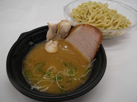 セブンイレブン 鶏白湯の冷しつけ麺 アップ