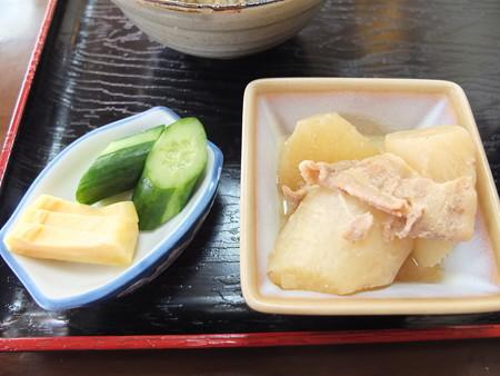 七福食堂 カツ丼 副菜の様子(味噌汁抜き、煮物はサービス)