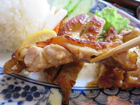 ベトナム・キュイジーヌ・チャオゴン こんがりチキンの皿飯(コムガー) チキン断面の様子