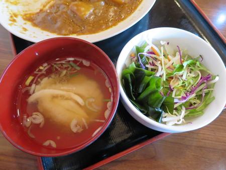 よしきゅう膳 新井ハイウェイオアシス店 鶏もも肉の塩焼きカレー 副菜の様子