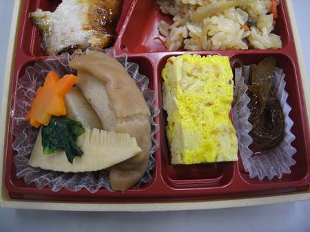 セブンイレブン ブリ照焼きと炊き込み御飯の幕の内御膳 副菜の様子2