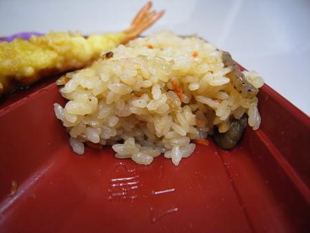セブンイレブン ブリ照焼きと炊き込み御飯の幕の内御膳 御飯断面の様子