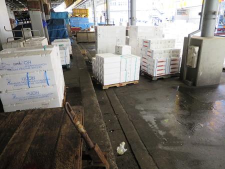 築地市場 鮮魚 セリ場付近 段差の様子
