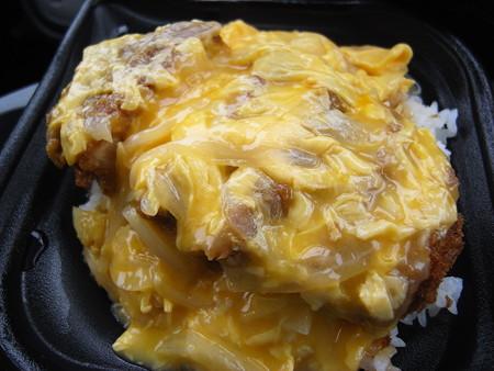 ローソン まちかど厨房 とろーりたまごの厚切りロースカツ丼 アップ