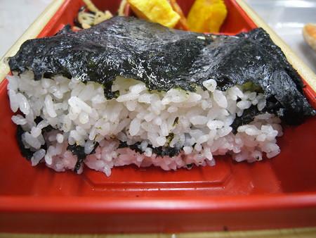 ローソン 新潟コシヒカリ紅鮭弁当 ごはん断面図