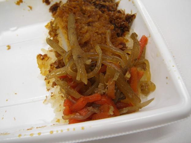 写真: セブンイレブン イカフライおかか弁当 副菜の様子