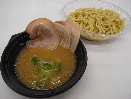 セブンイレブン チャーシュー3枚乗せ 鶏白湯の冷しつけ麺 アップ