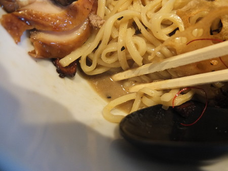 鶏がら屋 フォアグラ和え麺 スープの様子