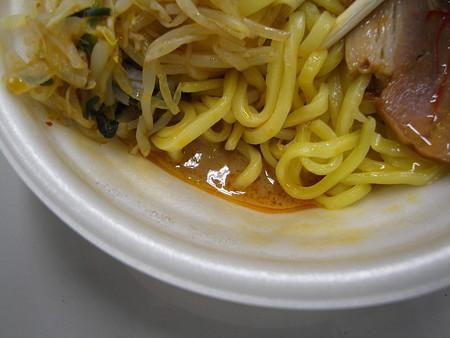 セブンイレブン 辛口濃厚白湯まぜそば(白味噌仕立て) スープの様子