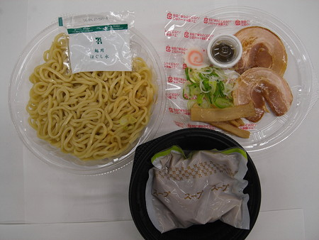 セブンイレブン 豚骨魚介の冷しつけ麺 つけ汁に混ぜる香味油付 中身の様子