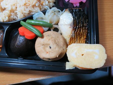 クスリのアオキ 鴨島店 竹の子ご飯弁当 おかずの様子