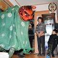 写真: 再建された住宅の中で披露される獅子舞=2016年1月2日、東松島市あおい
