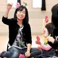 写真: 「名取げんきっ子」の会場で、子どもたちと楽しいひとときを過ごす里帆子さん=昨年12月19日