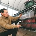 写真: 福島の菜種油 英LUSHがせっけん原料に-菜種栽培に向けて機材を手入れする杉内さん=南相馬市原町区太田