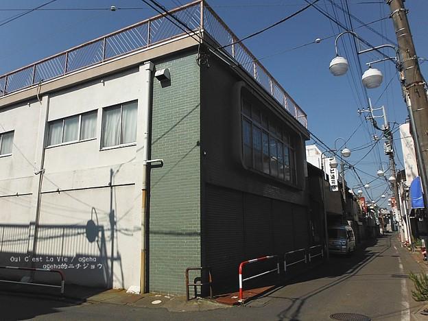 平野皆実が勤めるフタバ洋装店の窓。(夕凪の街 桜の国)