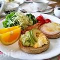 写真: 玄米イングリッシュマフィンのアボカドディップ 朝食