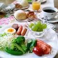 写真: メープルクロワッサンと米粉パン 朝食