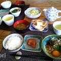 写真: 和朝食 納豆、味噌汁、焼き魚