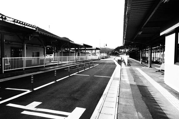 気仙沼駅 BRTホーム 白黒撮影