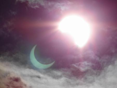 日食が雲に反射~~