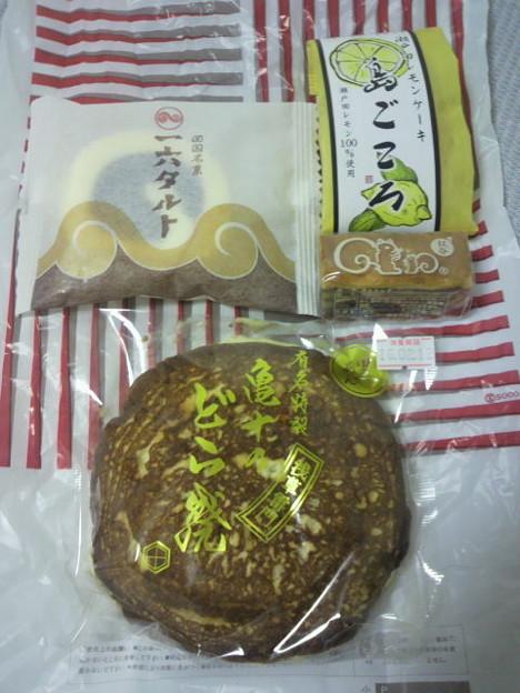 写真: 2/11(木)に横浜そごうの銘菓コーナーでGET。浅草は亀十のどら焼(黒あん)...