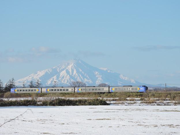 Photos: 雪の利尻富士とスーパー宗谷