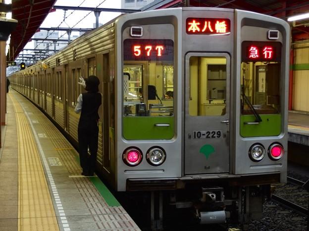 都営新宿線船堀駅2番線 都営10-220F急行本八幡行き側面よし
