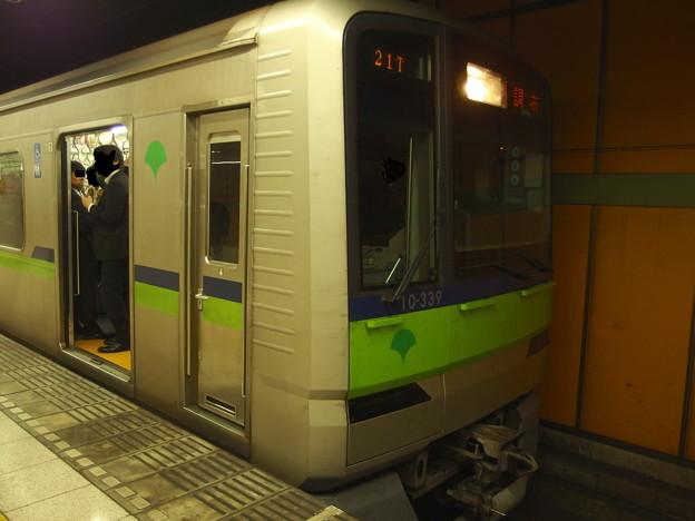 都営新宿線新宿三丁目駅1番線 都営10-330F各停調布行き
