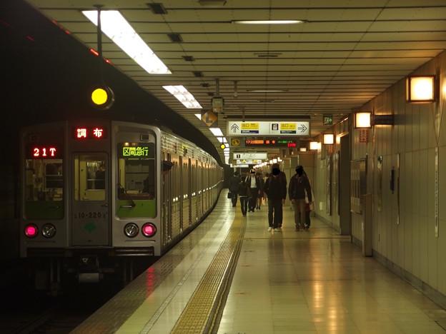 京王新線初台駅1番線 都営10-220F区急調布行き前方確認